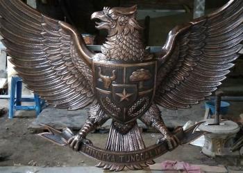 Lambang Garuda Pancasila Logam buatan tim pengrajin di Nursih Basuki Art Studio, Kotagede Yogyakarta