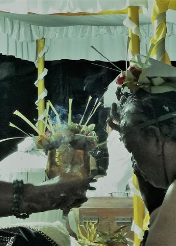 Upacara munggah bhawati Putu Bagiada dilaksanakan dengan penerapan protokol kesehatan yang ketat di Puri Celukbuluh, kawasan Lovina, Buleleng, Sabtu, bertepatan dengan Tumpek Landep, 13 Februari 2021.