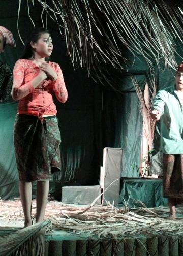 """Pentas teater """"Sukreni Gadis Bali"""" sutradara Putu Satria Kusuma, di Antida Sound Garden, Denpasar, Sabtu malam 30 November 2013"""
