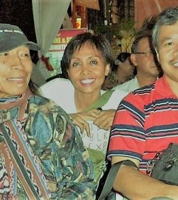 Umbu Landu Paranggi (kiri) dan Nyoman Darma Putra (kanan) , sastrawan Oka Rusmini (tengah) dalam acara Pembukaan Kuta Art Chromatic. Senin, 30/12/13 (Dok. Wayan Jengki Sunarta)
