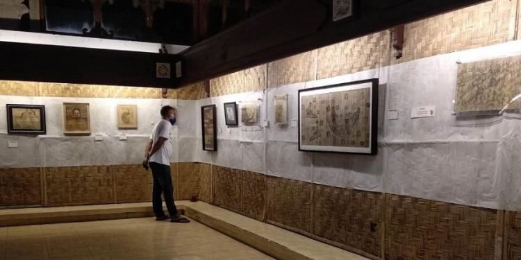 "Prasara Lontar Prasi bertajuk ""Prasikala Nukilan Taru Mahottama"". di Gedung pameran Kriya Hall Art Center, Taman Budaya Provinsi Bali"