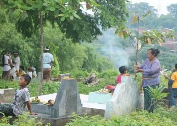 Warga menghaturkan punjung dan makan bersama di kuburan saat Pagerwesi. /Foto: dok ole, sebelum pandemi