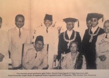 Presiden Soekarno saat penyerahan Doktor Honoris Causa dalam ilmu Kebudajaan. {foto diambil dari internet]