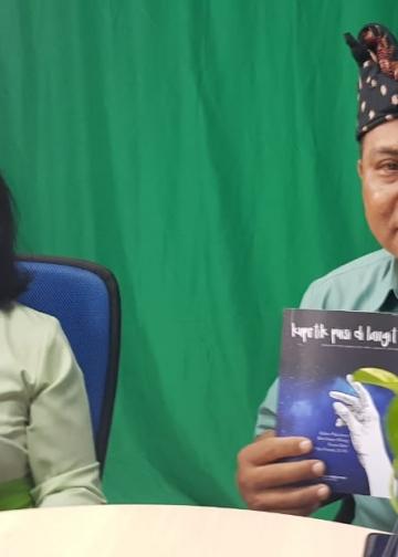 Ketua Tim Literasi SMAK Harapan, Ni Putu Nuratni, M.Pd. dan Kepala Sekolah SMAK Harapan, Drs. I Gusti Putu Karibawa, M.Pd.