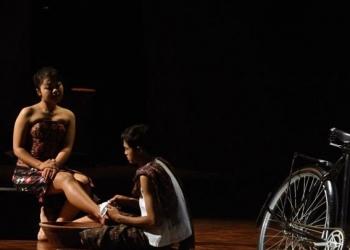 """Foto ilustrasi: Pementasan Teater Modern """" Negeri Perempuan"""" oleh Komunitas Mahima, Singaraja di Taman Budaya Denpasar pada PKB 2012 [foto by agus wiryadi]"""