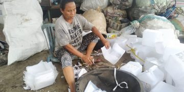Ibu Sinar Wati | 17 Tahun Memilah Sampah Plastik dan Kini Sudah Ahli